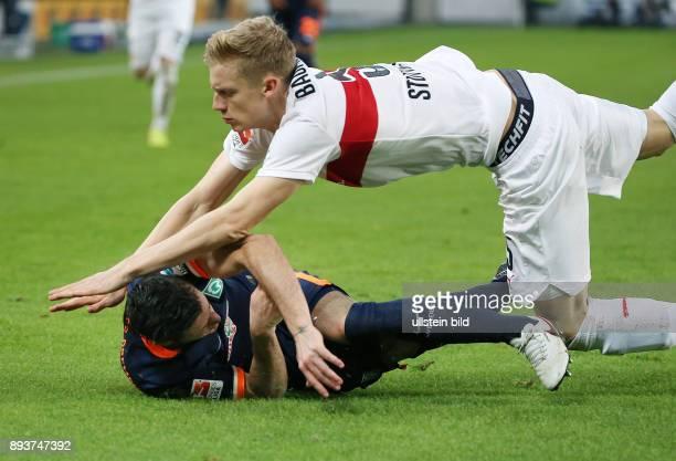 Fussball 1 Bundesliga Saison 2015/2016 15 Spieltag VfB Stuttgart SV Werder Bremen Timo Baumgartl faellt auf Zlatko Junuzovic und verletzt ihn an der...