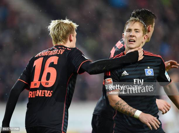 Fussball 1 Bundesliga Saison 2015/2016 19 Spieltag VfB Stuttgart Hamburger SV Hamburger SV Torschuetze zum 11 Ausgleich Artjoms Rudnevs umarmt Lewis...