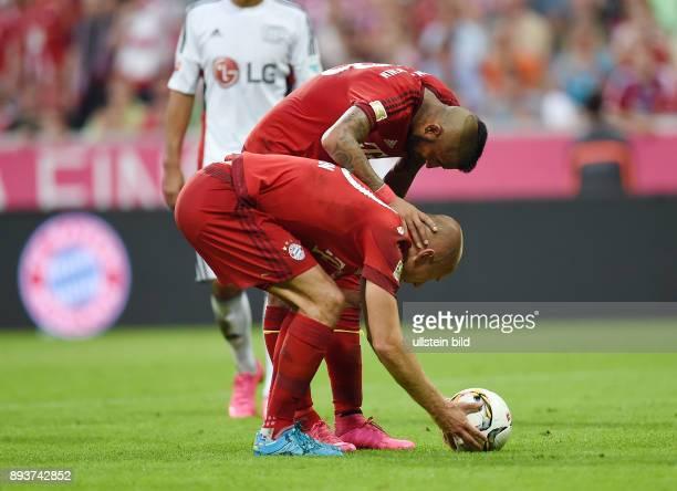 Fussball 1 Bundesliga Saison 2015/2016 3 Spieltag FC Bayern Muenchen Bayer 04 Leverkusen Arturo Vidal diskutiert mit Arjen Robben wer den Elfmeter...