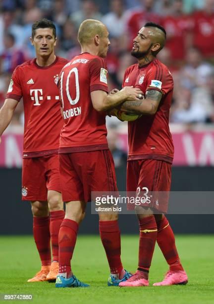 Fussball 1 Bundesliga Saison 2015/2016 3 Spieltag FC Bayern Muenchen Bayer 04 Leverkusen Arturo Vidal mit Ball diskutiert mit Arjen Robben wer den...