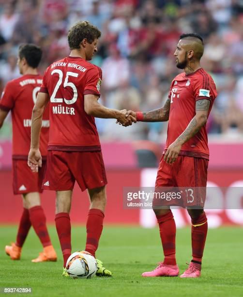 Fussball 1 Bundesliga Saison 2015/2016 3 Spieltag FC Bayern Muenchen Bayer 04 Leverkusen Arturo Vidal diskutiert mit Thomas Mueller wer den Elfmeter...