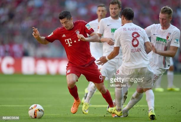 Fussball 1 Bundesliga Saison 2015/2016 4 Spieltag FC Bayern Muenchen FC Augsburg Robert Lewandowski gegen die Augsburger Daniel Baier Markus...