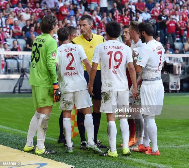 Fussball 1 Bundesliga Saison 2015/2016 4 Spieltag FC Bayern Muenchen FC Augsburg Team beschwaert sie bei Schiedsrichter Knut Kircher uber den...