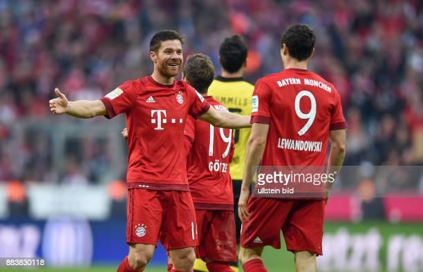 Fussball 1. Bundesliga Saison 2015/2016 8. Spieltag FC Bayern Muenchen - Borussia Dortmund Torjubel: Xabi Alonso und Robert Lewandowski