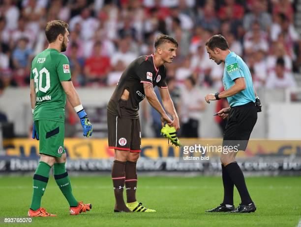 Fussball 1 Bundesliga Saison 2016/2017 1 Spieltag VfB Stuttgart FC Bayern Muenchen Philipp Ziereis mit seinem Adidas Schuh in der Hand und einen...