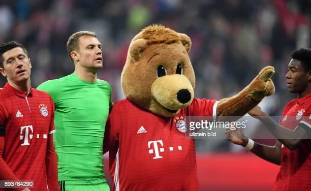 Fussball 1 Bundesliga Saison 2016/2017 12 Spieltag FC Bayern Muenchen Bayer 04 Leverkusen Robert Lewandowski und Torwart Manuel Neuer mit dem FCB...