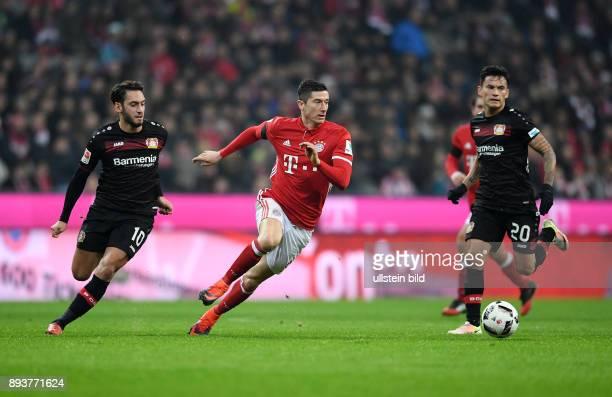 Fussball 1 Bundesliga Saison 2016/2017 12 Spieltag FC Bayern Muenchen Bayer 04 Leverkusen Robert Lewandowski gegen Hakan Calhanoglu und Charles...