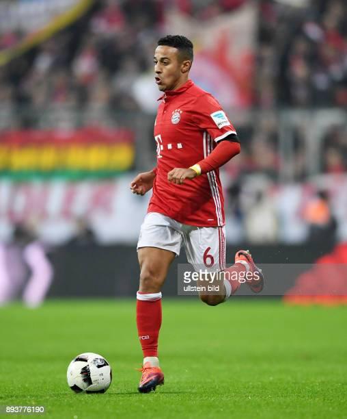 Fussball 1 Bundesliga Saison 2016/2017 12 Spieltag FC Bayern Muenchen Bayer 04 Leverkusen Thiago Alcantara mit Ball