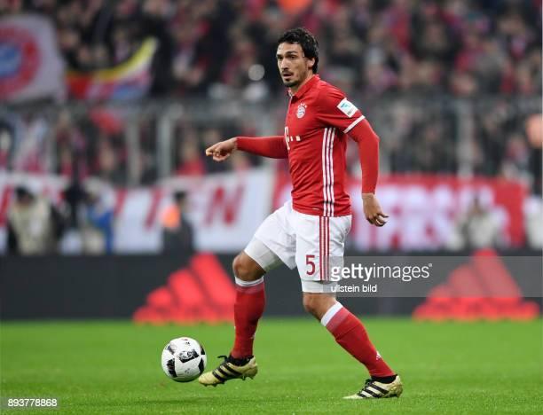 Fussball 1 Bundesliga Saison 2016/2017 12 Spieltag FC Bayern Muenchen Bayer 04 Leverkusen Mats Hummels mit Ball