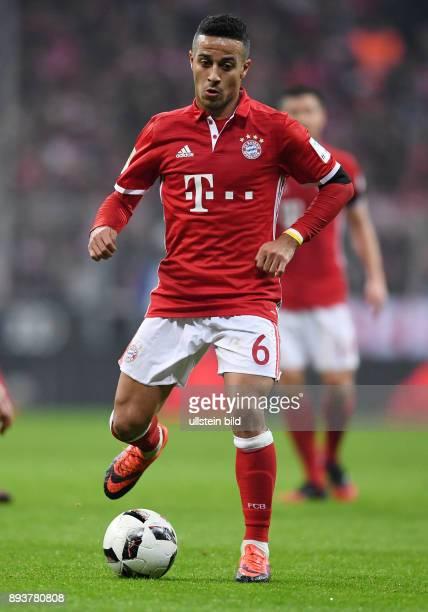 Fussball 1 Bundesliga Saison 2016/2017 12 Spieltag FC Bayern Muenchen Bayer 04 Leverkusen Thiago Alcantara am Ball