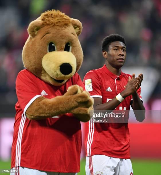 Fussball 1 Bundesliga Saison 2016/2017 12 Spieltag FC Bayern Muenchen Bayer 04 Leverkusen David Alaba mit dem FCB Maskottchen Berni nach dem Spiel