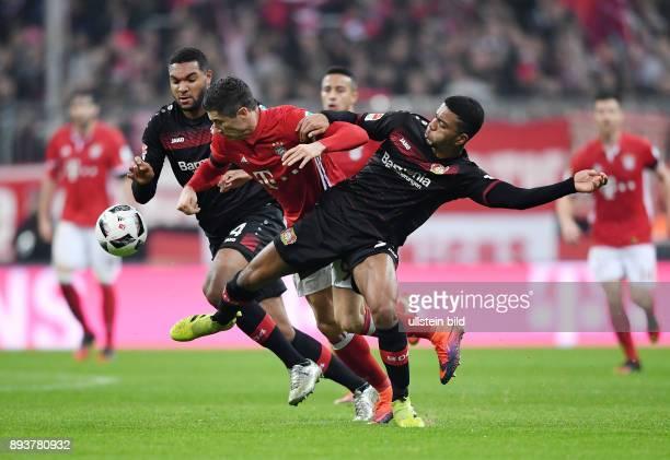 Fussball 1 Bundesliga Saison 2016/2017 12 Spieltag FC Bayern Muenchen Bayer 04 Leverkusen Robert Lewandowski gegen Jonathan Tah und Benjamin Henrichs