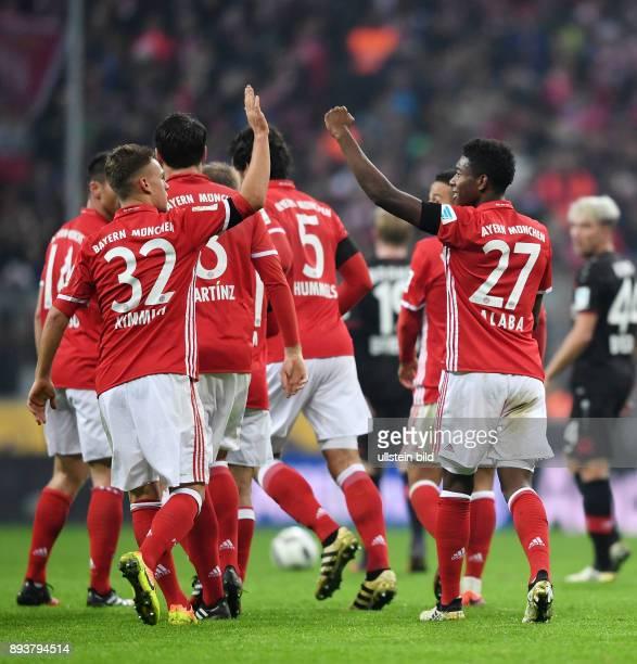 Fussball 1 Bundesliga Saison 2016/2017 12 Spieltag FC Bayern Muenchen Bayer 04 Leverkusen Bayern Muenchen David Alaba klatscht Joshua Kimmich ab