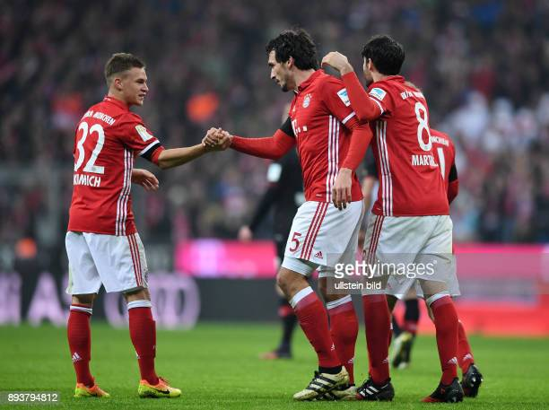 Fussball 1 Bundesliga Saison 2016/2017 12 Spieltag FC Bayern Muenchen Bayer 04 Leverkusen Bayern Muenchen Torschuetze zum 21 Mats Hummels klatscht...