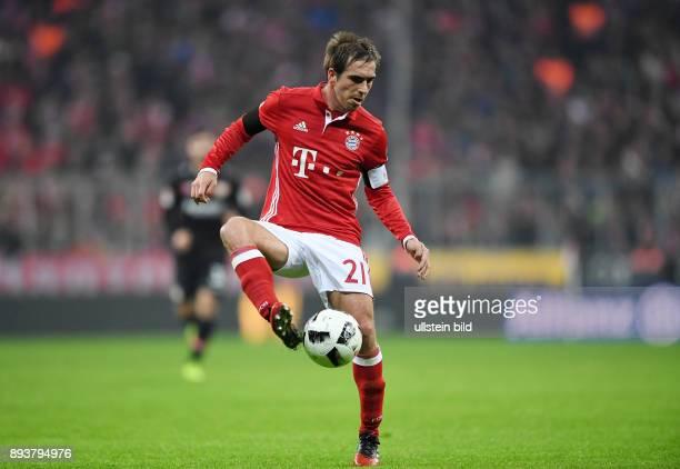 Fussball 1 Bundesliga Saison 2016/2017 12 Spieltag FC Bayern Muenchen Bayer 04 Leverkusen Philipp Lahm mit Ball
