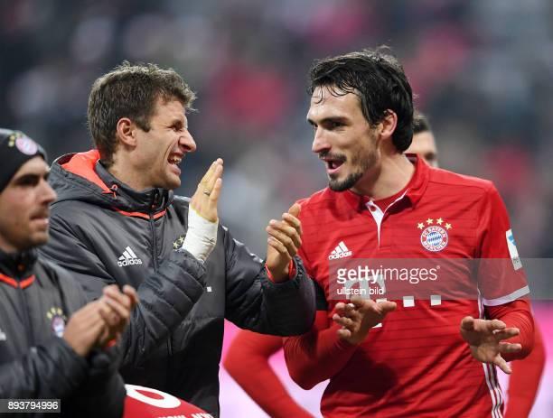 Fussball 1 Bundesliga Saison 2016/2017 12 Spieltag FC Bayern Muenchen Bayer 04 Leverkusen Bayern Muenchen Mats Hummels und Thomas Mueller