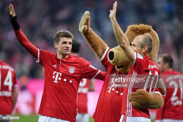 Fussball 1 Bundesliga Saison 2016/2017 14 Spieltag FC Bayern Muenchen VfL Wolfsburg Schlussjubel der FC Bayern gruesst von der Tabellenspitze Thomas...