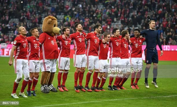 Fussball 1 Bundesliga Saison 2016/2017 14 Spieltag FC Bayern Muenchen VfL Wolfsburg Arjen Robben Rafinha Maskottchen Berni Juan Bernat Xabi Alonso...