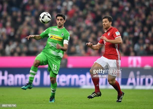 Fussball 1 Bundesliga Saison 2016/2017 8 Spieltag FC Bayern Muenchen Borussia Moenchengladbach Lars Stindl gegen Xabi Alonso