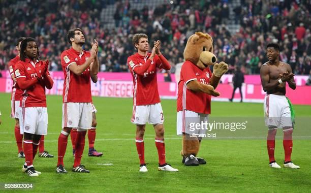 Fussball 1 Bundesliga Saison 2016/2017 8 Spieltag FC Bayern Muenchen Borussia Moenchengladbach Schlussjubel FC Bayern Muenchen Renato Sanches Javi...