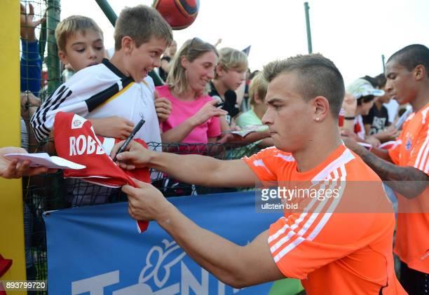 Saison Vorbereitung 2012/2013 Trainingslager des FC Bayern Muenchen Xherdan Shaqiri schreibt fuer die Fans Autogramme