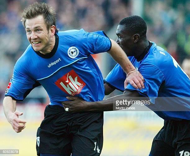 Fussball: 2. Bundesliga 03/04, Bielefeld; Arminia Bielefeld - 1. FC Union Berlin; Torschuetze zum 2:1 Marco KUENTZEL / Bielefeld jubelt mit Isaac...
