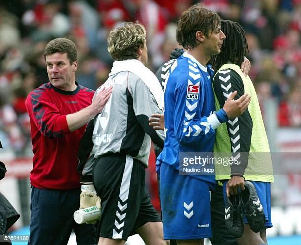 Fussball: 2. Bundesliga 03/04, Cottbus; Energie Cottbus - VfB Luebeck 1:1; Trainer Dieter HECKING, Torwwart Carsten WEHLMANN, Ferydoon ZANDI, Farai...
