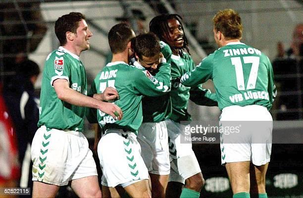 Fussball 2 Bundesliga 03/04 Luebeck VfB Luebeck RotWeiss Oberhausen Jubel zum 10 fuer Luebeck durch ein Eigentor von Oberhausen durch Vorlage von...