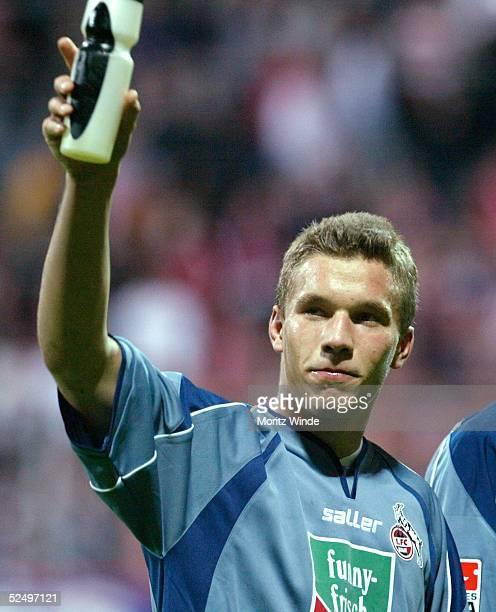"""Fussball: 2. Bundesliga 04/05, Essen; Rot Weiss Essen - 1. FC Koeln 2:2; """"Matchwinner"""" Lukas PODOLSKI / Koeln bedankt sich bei den Fans 22.10.04."""