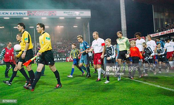 Fussball 2 Bundesliga 04/05 Essen Rot Weiss Essen 1 FC Koeln Schiedsrichterassistent Markus HAECKER / Schiedsrichter Manuel GRAEFE /...