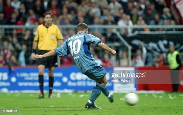 Fussball 2 Bundesliga 04/05 Essen Rot Weiss Essen 1 FC Koeln Podolski Schiedsrichter Graefe 221004