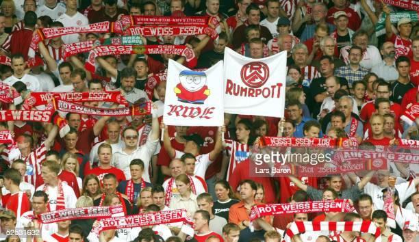 Fussball 2 Bundesliga 04/05 Essen Rot Weiss Essen Erzgebirge Aue Essener Fans vor dem Spiel 070804