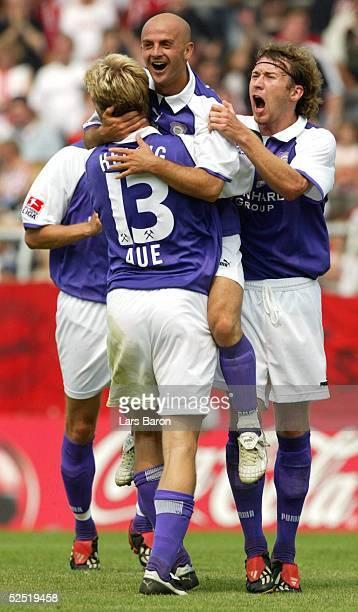 Fussball 2 Bundesliga 04/05 Essen Rot Weiss Essen Erzgebirge Aue Jubel zum 04 Sebastian HELBIG Torschuetze Skerdilaid CURRI Marco KURTH / Aue 070804