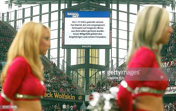 Fussball 2 Bundesliga 04/05 Koeln 1 FC Koeln Dynamo Dresden 32 Meldung auf dem Grossbildschirm vom Beginn des Spieles 'Der 1 FC Koeln gedenkt seinem...