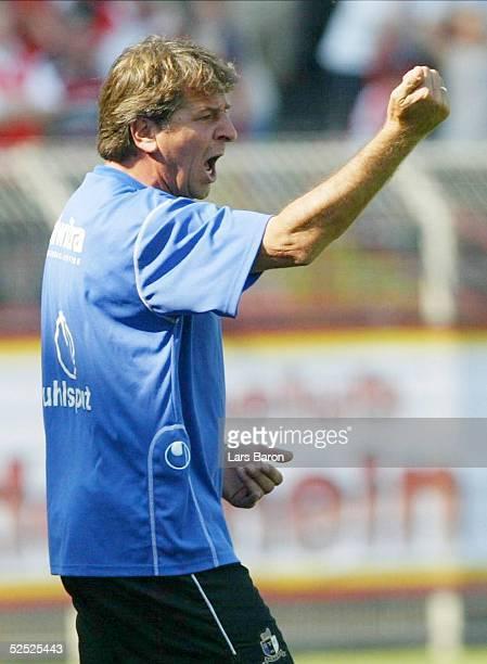 Fussball: 2. Bundesliga 04/05, Oberhausen; Rot Weiss Oberhausen - Eintracht Trier; Freude bei Trainer Paul LINZ / Trier 08.08.04.