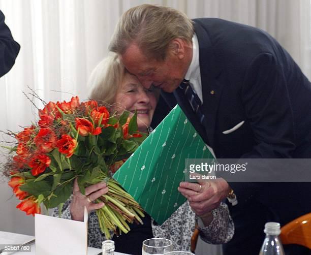 Fussball 80 Geburtstag Ottmar Walter Kaiserslautern DFBPraesident Gerhard MAYERVORFELDER ueberreicht Ottmar WALTERS Frau Anneliese einen Gutschein...