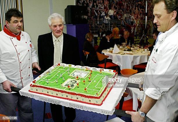 Fussball 80 Geburtstag Ottmar Walter Kaiserslautern Ottmar WALTER betrachtet seine Geburtstagstorte 070304