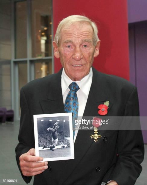 Fussball Auszeichnung des ehemaligen Torhueter von Manchester City Bert Trautmann Berlin In Anerkennung seiner Verdienste um die britischdeutschen...