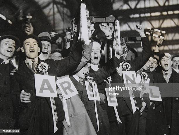 Fussball Begeisterte Fans des FC Arsenal London in der Londoner Waterloo Station auf dem Weg nach Portsmouth 13 Februar 1932 Photographie