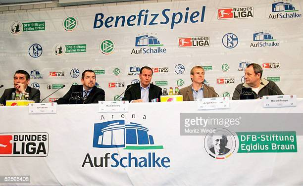 Fussball: Benefizspiel 2005, Gelsenkirchen; Pressekonferenz; Uebersicht Pressekonferenz mit Schalke-Manager Rudi ASSAUER, Tom BENDER / DFL-Leiter...