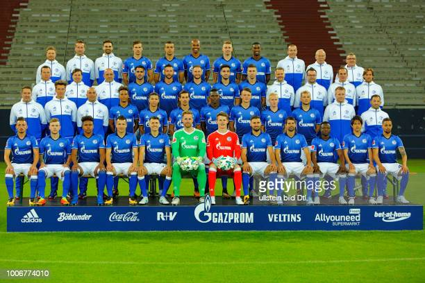 Fussball Bundesliga 2017/2018 FC Schalke 04 Veltins Arena Fototermin Mannschaft Mannschaftsfoto Reihe1vo vl Physiotherapeut Dennis Schmitz...