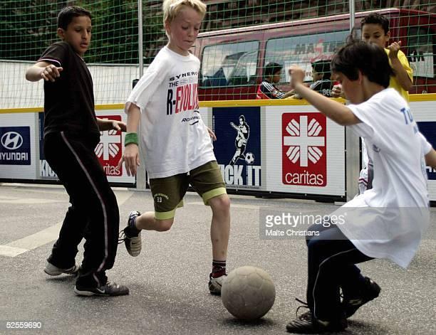 Fussball / Caritas Kick it Street Soccer Turnier Hamburg Eine Vorrunde des Tuniers 010804