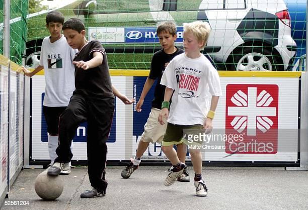 """Fussball / Caritas: """" Kick it """" Street Soccer Turnier, Hamburg; Eine Vorrunde des Tuniers 01.08.04."""