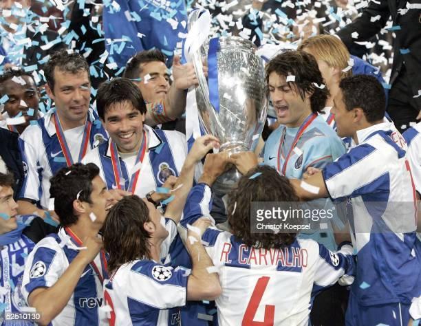 Fussball Champions League 03/04 Finale Gelsenkirchen FC Porto AS Monaco 30 Porto mit dem ChampionsLeaguePokal 260504