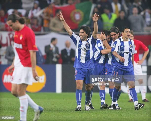 Fussball Champions League 03/04 Finale Gelsenkirchen FC Porto AS Monaco 30 DECO / Porto jubelt nach seinem Treffer zum 20 Links Monacos Dado PRSO...
