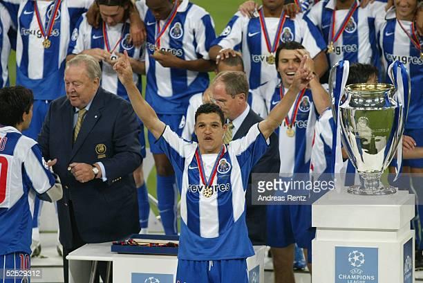 Fussball Champions League 03/04 Finale Gelsenkirchen FC Porto AS Monaco 30 DERLEI / Porto jubelt nach dem Schlussspfiff 260504