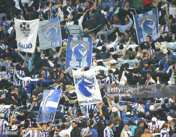 Fussball Champions League 03/04 Finale Gelsenkirchen FC Porto AS Monaco 30 Fans / Porto 260504