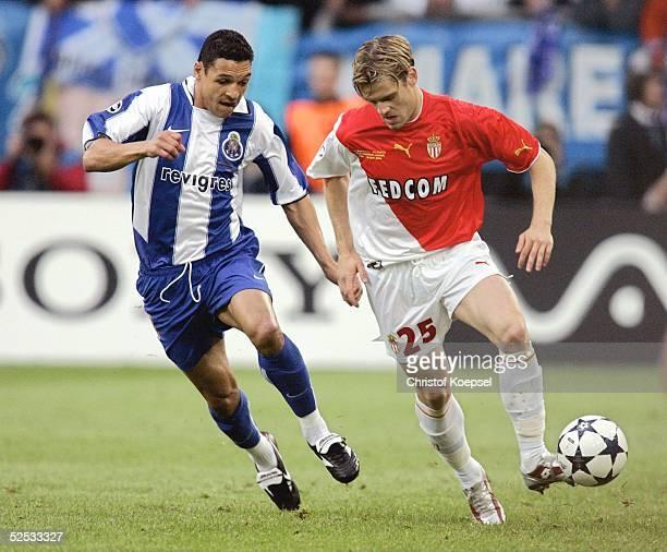 Fussball Champions League 03/04 Finale Gelsenkirchen FC Porto AS Monaco 30 DERLEI / Porto Jerome ROTHEN / Monaco 260504