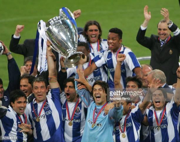 Fussball Champions League 03/04 Finale Gelsenkirchen FC Porto AS Monaco Der FC PORTO gewinnt nach einem 30 Sieg dieChampions League 2004 260504