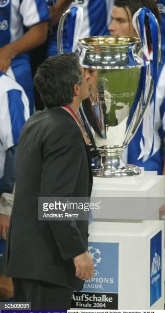 Fussball Champions League 03/04 Finale Gelsenkirchen FC Porto AS Monaco Trainer Jose Dos Santos MOURINHO kroennt seinen persoehnlichen Abschluss in...
